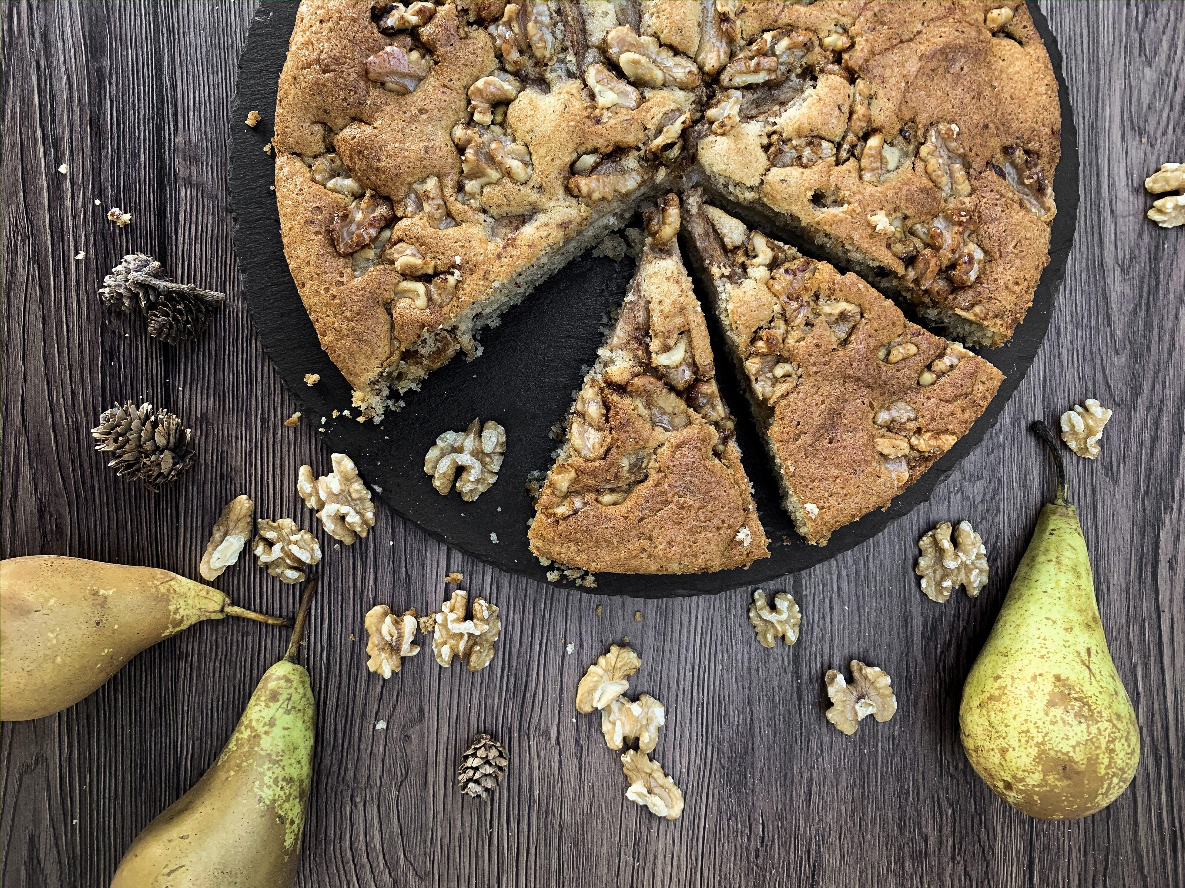 Birnen Kuchen mit karamellisierten Walnüssen
